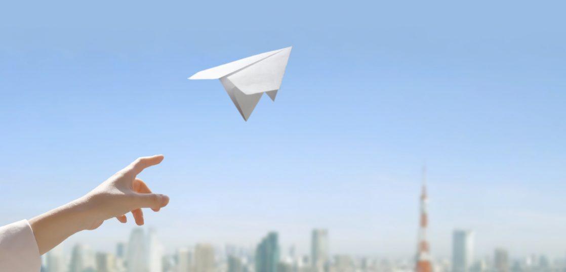 紙飛行機 補助金で明るい未来のイメージ